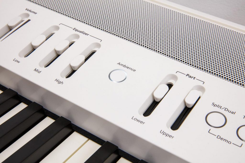 loa manh me tich hop tren piano roland fp-60x